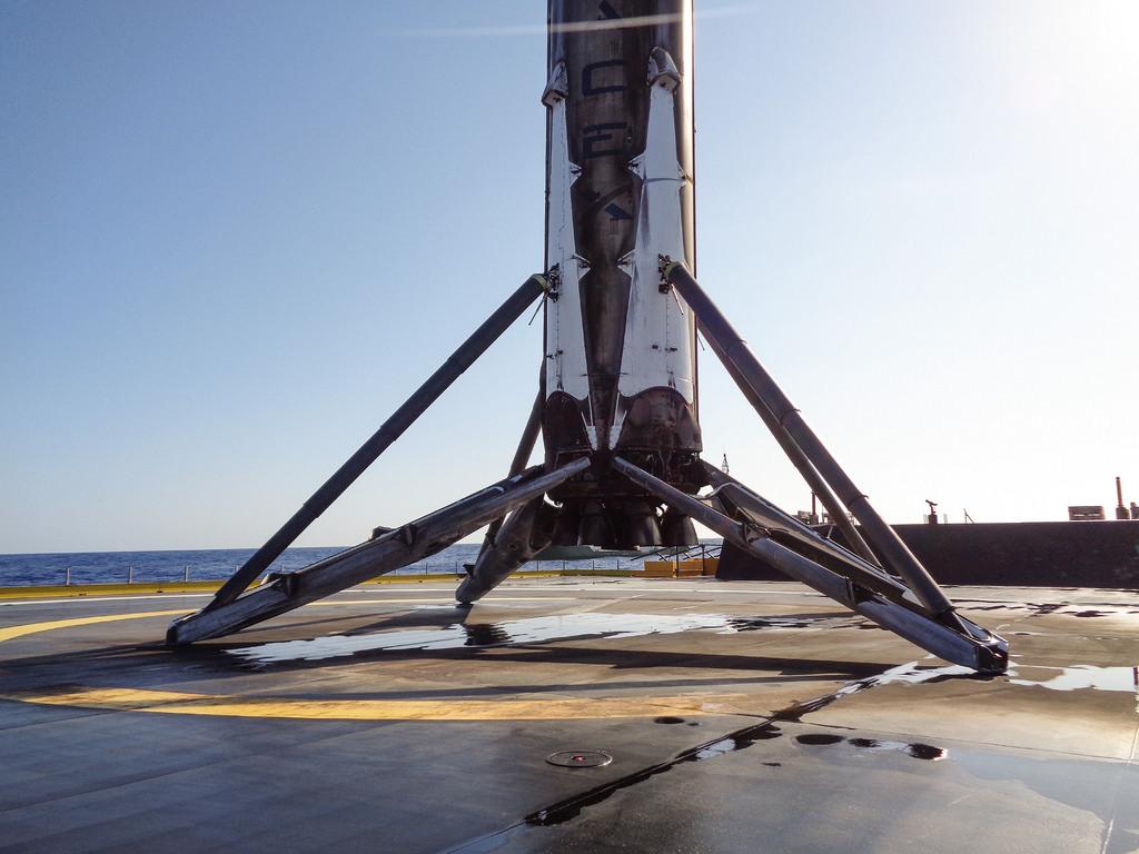 SpaceX представила официальное видео посадки ступени Falcon 9 на морскую платформу - 1