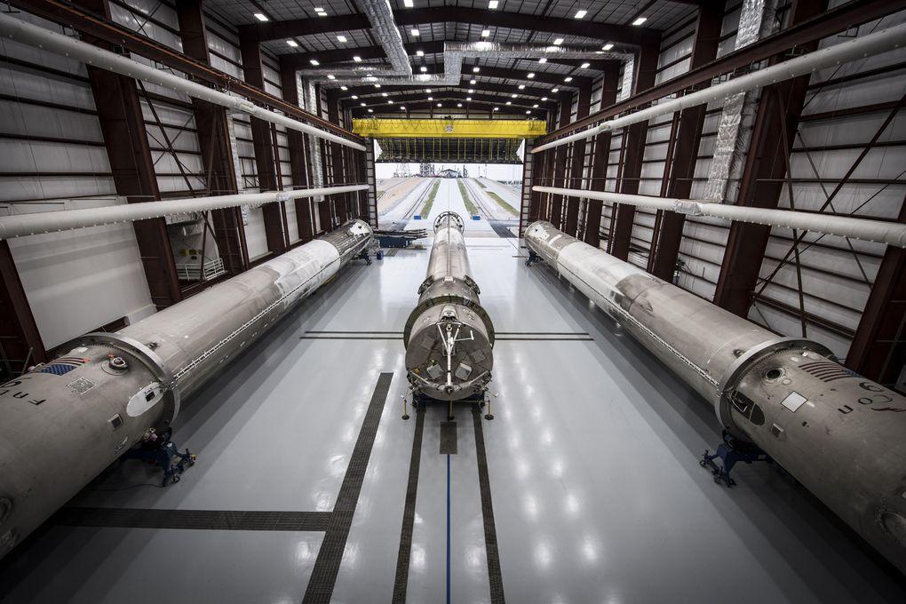 SpaceX показала свой ангар для хранения вернувшихся из космоса ступеней ракет Falcon 9 - 4
