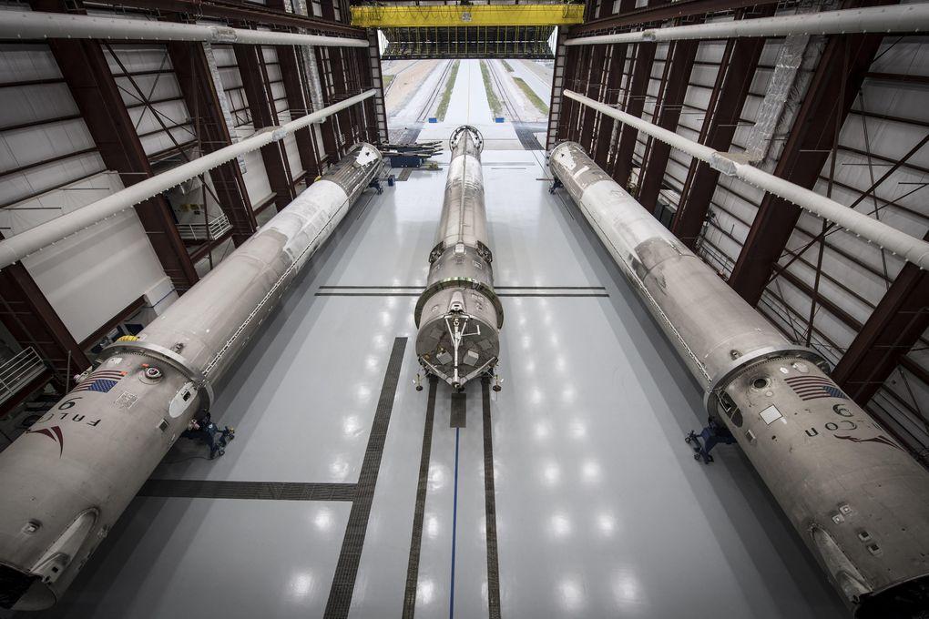SpaceX показала свой ангар для хранения вернувшихся из космоса ступеней ракет Falcon 9 - 5