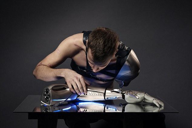 26-летний мужчина получил протез руки с зарядкой для телефона, фонариком и дроном - 2