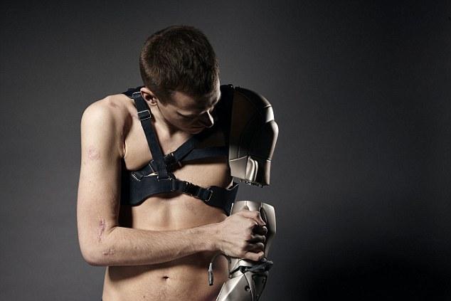 26-летний мужчина получил протез руки с зарядкой для телефона, фонариком и дроном - 3