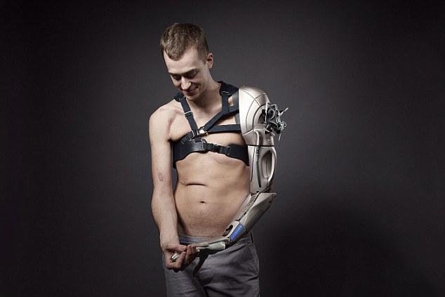 26-летний мужчина получил протез руки с зарядкой для телефона, фонариком и дроном - 4