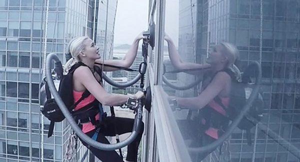 Известная скалолазка забралась на 140-метровое здание со стеклянным фасадом, используя пылесосы LG
