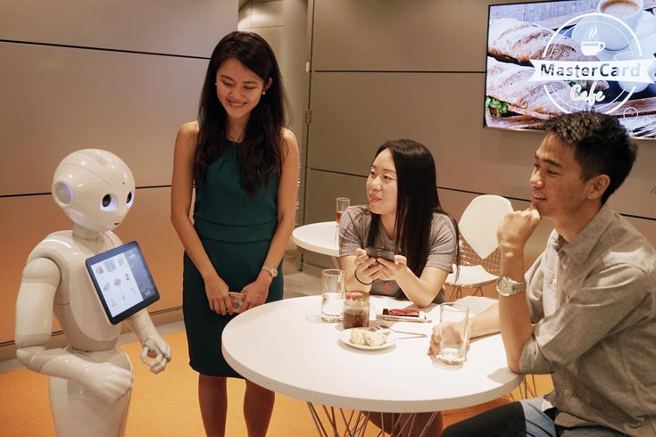 Партнером MasterCard в использовании робота Pepper стала сеть ресторанов быстрого питания Pizza Hut Restaurants Asia P/L