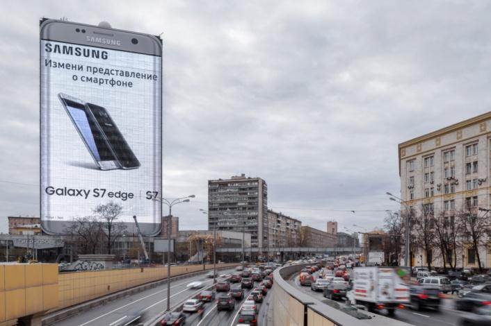 В Москве разместили рекордно большую светодиодную рекламу смартфона Samsung Galaxy S7 edge