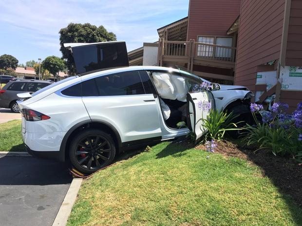 Tesla Model X врезалась в стену торгового центра, владелец утверждает, что машина ускорилась сама по себе - 2