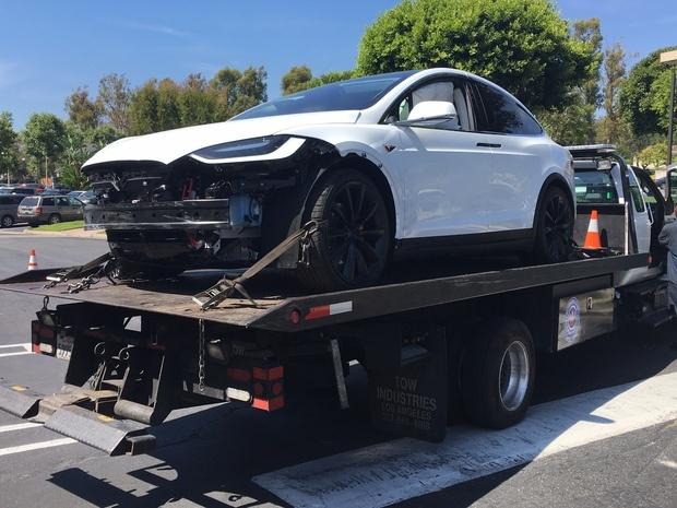 Tesla Model X врезалась в стену торгового центра, владелец утверждает, что машина ускорилась сама по себе - 3