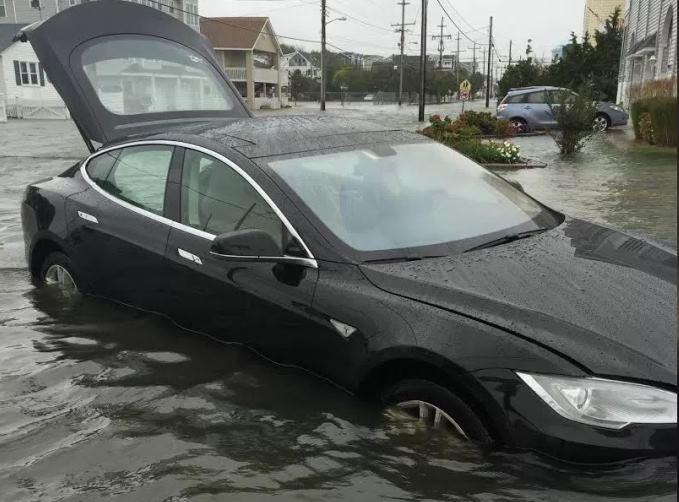 Илон Маск прокомментировал ситуацию с плавающей по огромной луже Tesla Model S - 1