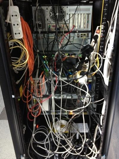 Так выглядеть ИТ инфраструктура не должна. Снимок сделан на второй день моей трудовой деятельности, 2012 год.