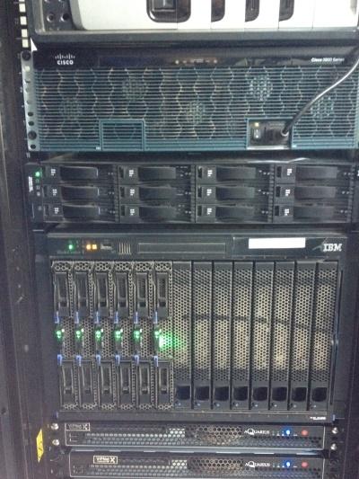 Вид одной из имевшихся в июне 2012 года стоек. Обратите внимание на монтаж оборудования «через квадратик», особенно оборудования Cisco.