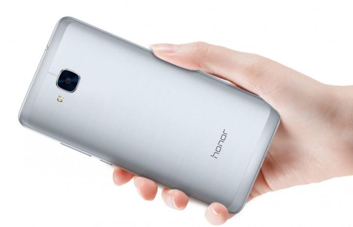 Смартфон Huawei Honor 5C поступил в продажу в Европе, лишившись дактилоскопического датчика и заметно подорожав
