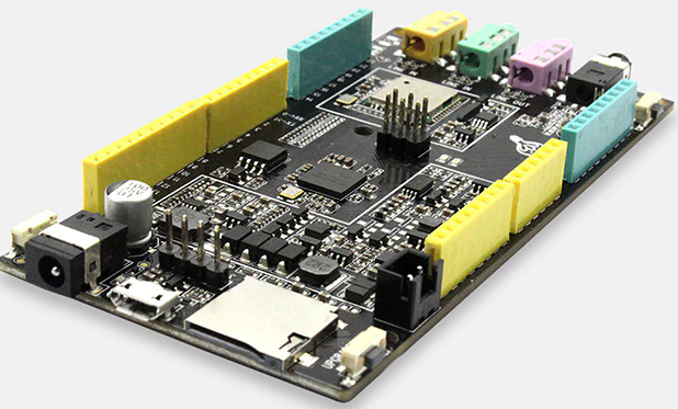 Плата Fireduino интегрирует ряд компонентов, отсутствующих у Arduino Uno
