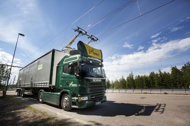 Scania запитала огромный грузовик через пантограф