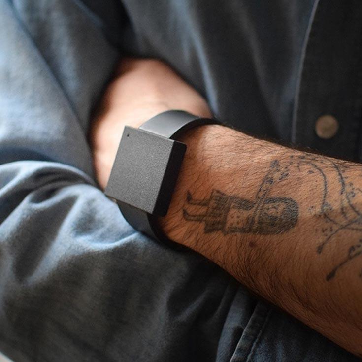 На запястье можно носить не только часы или браслет