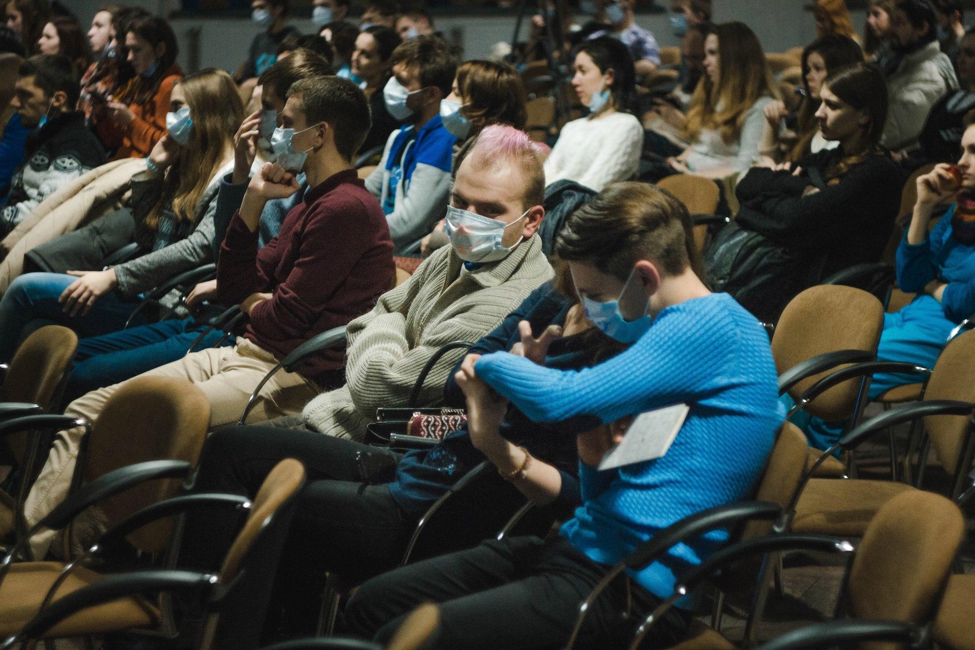 Слушатели на одной из зимних лекций в Харькове, на многих надеты медицинские маски.