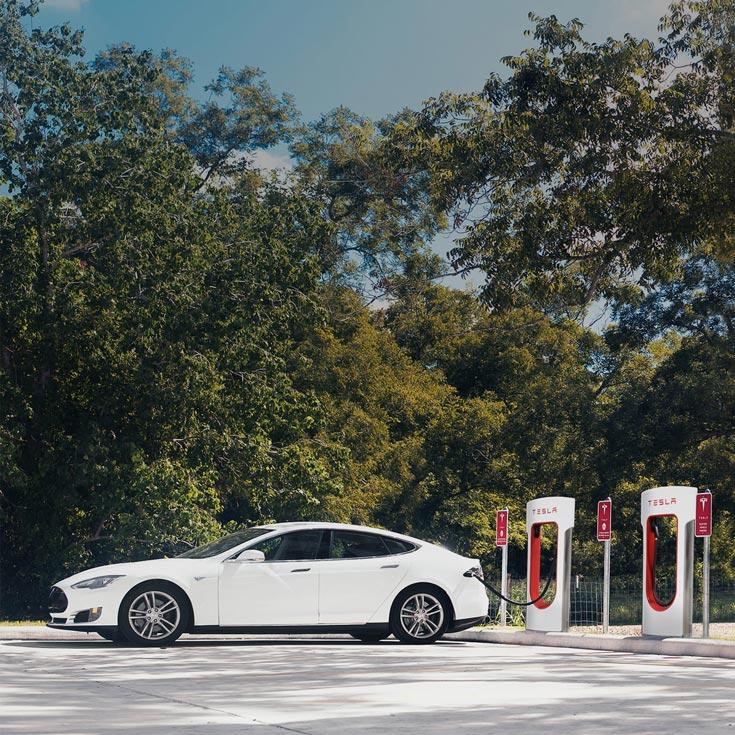 Заправочные станции Tesla Supercharger будут заряжать электромобили, пока водитель и пассажиры едят в ресторане