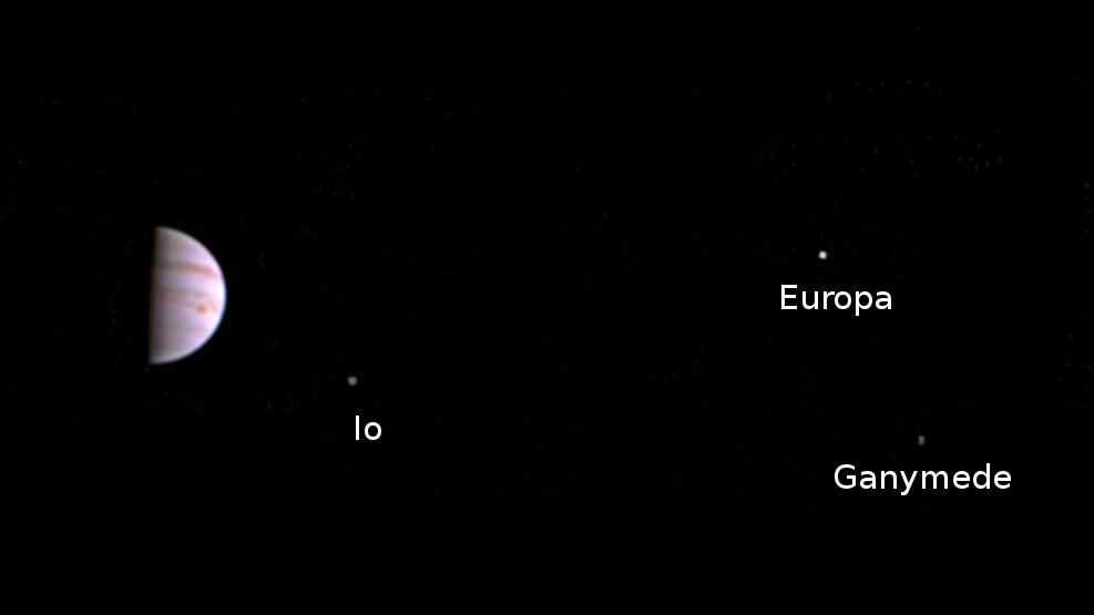 «Юнона» прислала первые фото Юпитера - 1