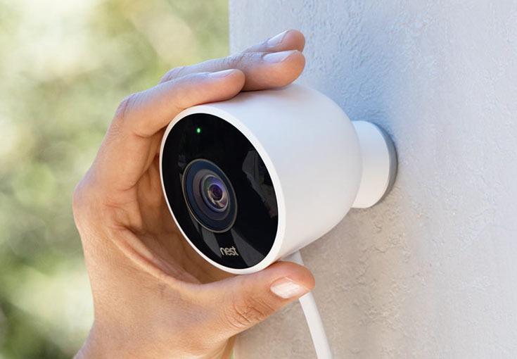 Камера наблюдения Nest Cam Outdoor работает непрерывно, днем и ночью