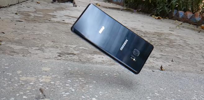 Смартфон Samsung Galaxy Note7 достойно выдержал падения с небольшой высоты