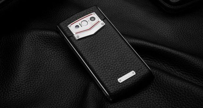 Защищенный смартфон Leagoo V1 изготовлен с использованием металла и натуральной кожи