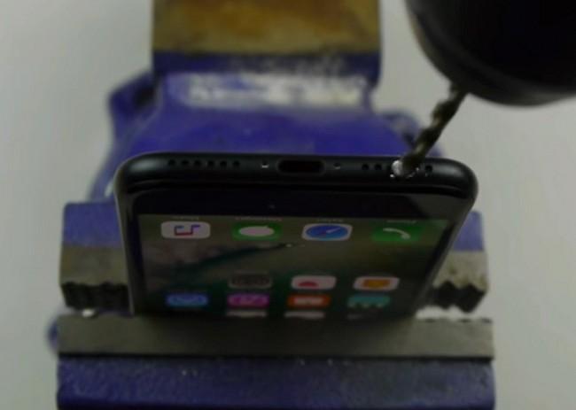 Шутливая инструкция по созданию разъема 3,5 мм в iPhone 7 заставила некоторых владельцев просверлить свои смартфоны