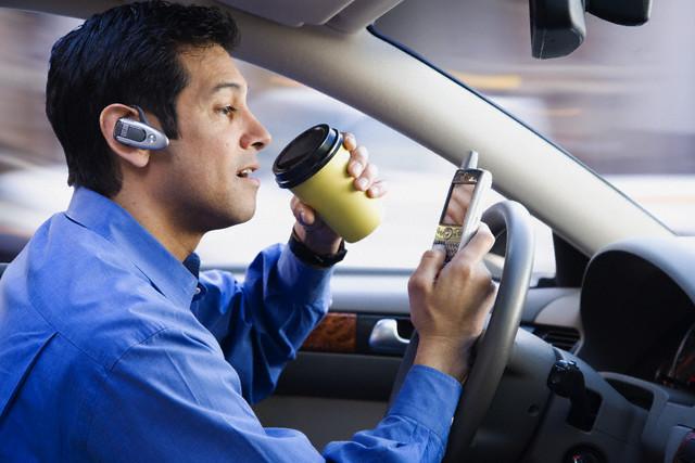 Водители Калифорнии могут прикасаться к телефонам лишь один раз