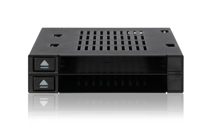 Icy Dock FlexiDOCK MB522SP-B поддерживает горячую замену накопителей