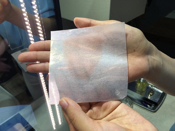 С листа-носителя сверхтонкая пленка макияжа переносится на увлажненную  кожу