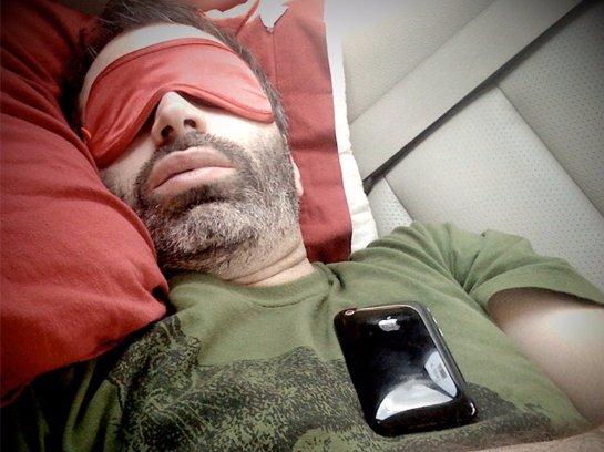 Ученые рассказали, почему лучше не спать с включенным мобильником