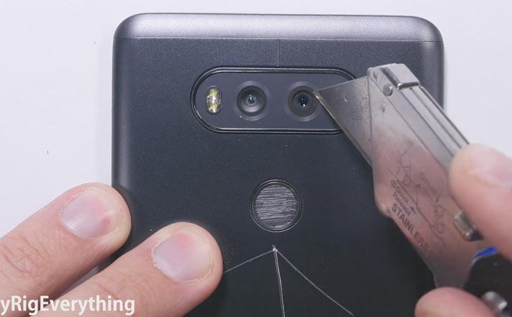 Из-за конструкции со сменным аккумулятором LG V20 несколько хуже противостоит попыткам согнуть устройство