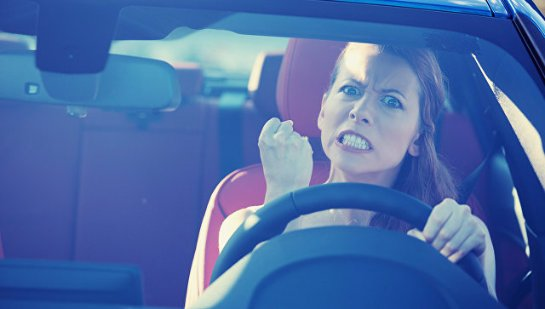Ученые рассказали, почему женщины часто агрессивны за рулем