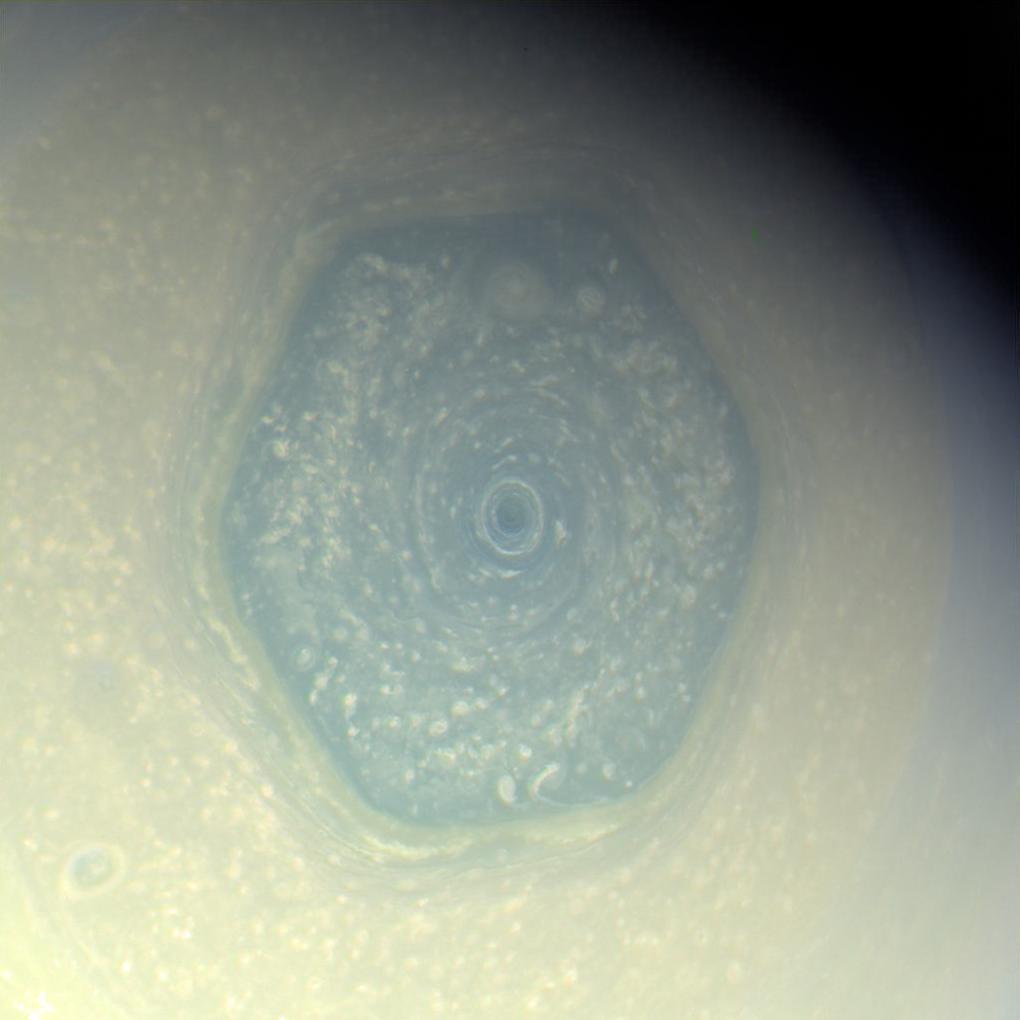 Шестиугольный шторм на Сатурне поменял свой цвет — и никто не знает, почему - 1