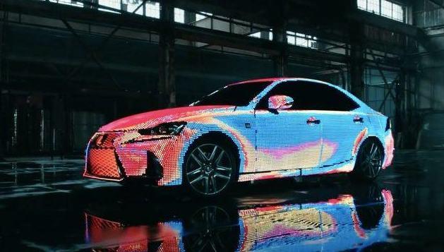 Автомобиль Lexus IS облачили в костюм из 41999 программируемых светодиодов