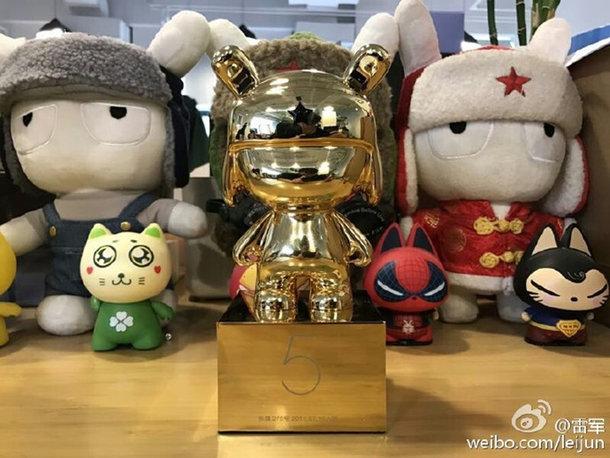 Xiaomi наградила работников с пятилетним стажем 24-каратными кроликами