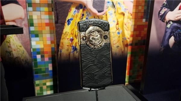 Компания 8848 Phones выпустила смартфон за $2880 с фронтальной камерой разрешением 30 мп