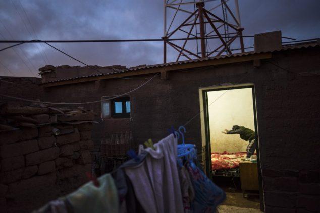 Мальчик играет дома в аргентинской деревне Сускес, крупнейшей из шести общин близ солончаков Олароз-Каучари