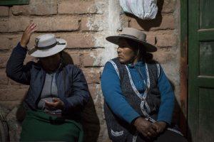 Эльва Гузман (слева) и Нативидад Сарапура на встрече в Сускесе «Коллективной Апачеты», группы оппозиции добывающих компаний