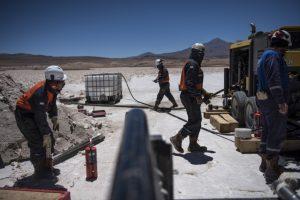 Рабочие «Миллениал литиум» бурят солончак Пастос-Грандес в Аргентине