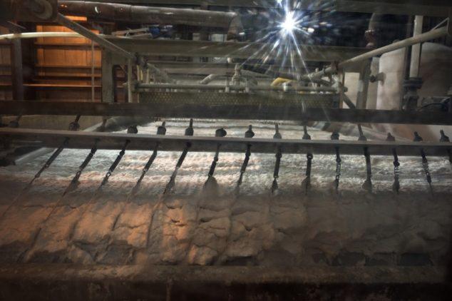 Проступающий сквозь ленты литий на перерабатывающем заводе, который построен на общинных землях близлежащей деревни Олароз-Чико и находится в управлении «Салес-де-Жужуй»