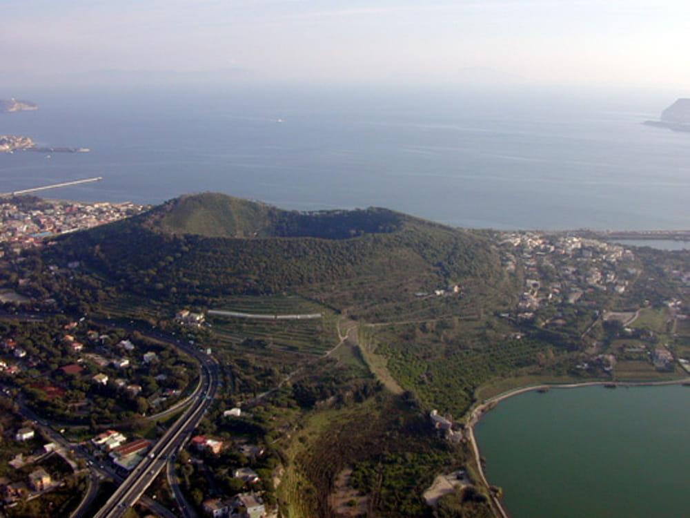 Начал просыпаться Кампи Флегрей, вулкан рядом с Неаполем - 1