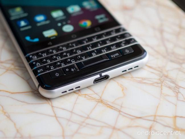 Смартфон BlackBerry Mercury представят только на MWC 2017, опубликованы новые фотографии - 5