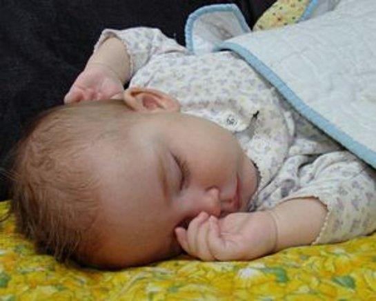 Ученые рассказали, чем опасен синдром плоской головы у младенцев