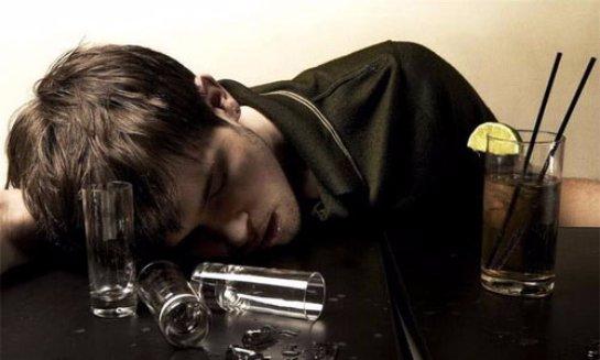 Алкоголики чаще всего начинают пить из-за «второй половины»