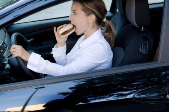 Ученые рассказали, что питание на ходу вредно и полезно одновременно