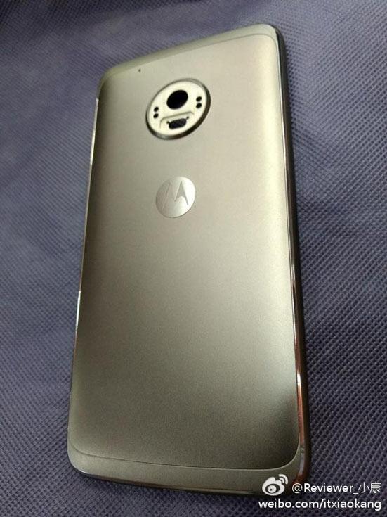 На задней панели смартфона Motorola Moto G5 Plus видна камера разрешением 12 Мп