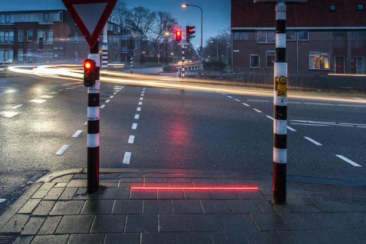 Наземные светофоры для смартфонозависимых постепенно распространяются по миру