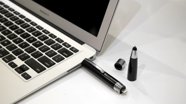 ChargeWrite — шариковая ручка, стилус, внешний аккумулятор и накопитель в одном корпусе