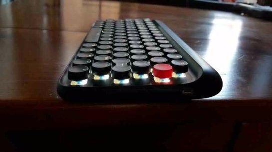 Клавиатура с дизайном печатной машинки стала хитом еще до старта продаж