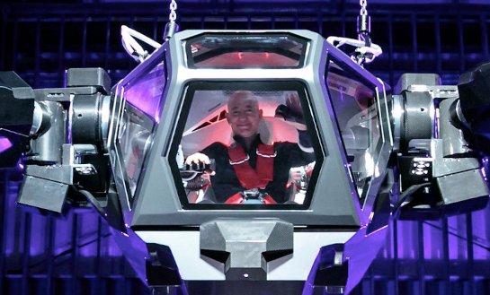 Глава Amazon протестировал гигантского человекоподобного робота