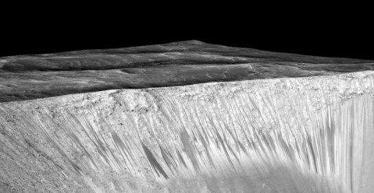 Темные полосы на Марсе могут быть вызваны не текущей водой, а сухими оползнями